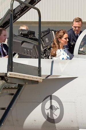 Кейт отвергла предложение Уильяма сесть на заднее сидение, предназначенное для управления орудием, и заняла кресло пилота