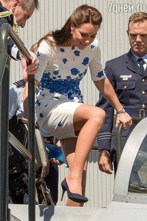 Несмотря на свой наряд, Кэтрин не упустила возможности побывать в кабине пилота реактивного истребителя