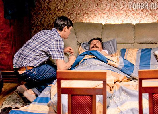 По сюжету герой Дмитрия Назарова квартирует у своего же подчиненного, су-шефа (его играет Сергей Епишев)