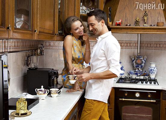 Илья Любимов: «На годовщину я вручил жене шикарный подарок — чесночный багет сосвечкой-единичкой. Он символизировал наш первый год «с чесночком и с перцем»— со страстями, свыяснением отношений»