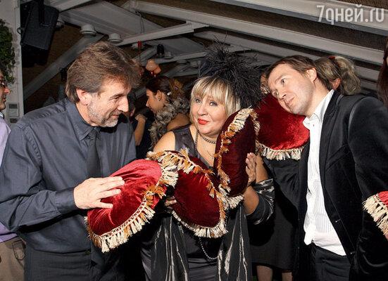 Леонид Ярмольник, Марина Голуб и Евгений Миронов пытаются нащупать в одной из прилагавшихся к стульям подушек бриллиант