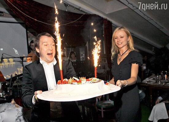 Евгений и Мария Мироновы с праздничным тортом