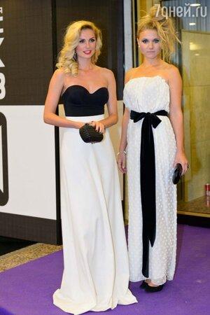 Саша Савельева в топе от Wolford, юбке от Anastasia Zadorina и Ирина Тонева в свободном белом платье, премия MUSICBOX 2013