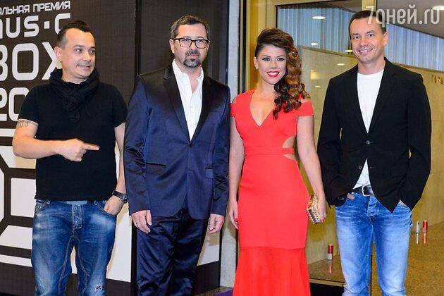 Анна Хохлова в красном наряде и участники группы «Дискотека авария», премия MUSICBOX 2013