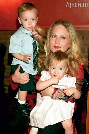 Беверли Д'Анджело с детьми