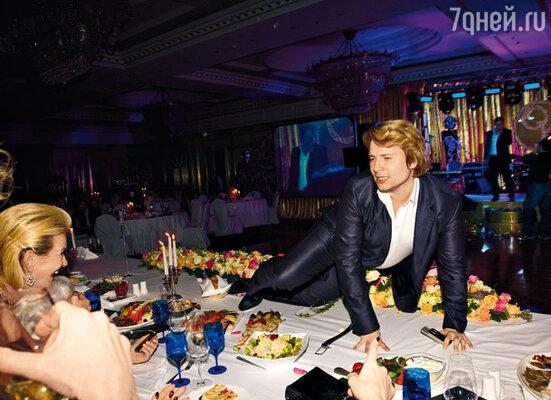 В разгар веселья Николай Басков украсил собою стол