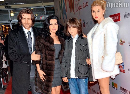Анастасия Заворотнюк с мужем Петром Чернышевым, детьми МайкииАней