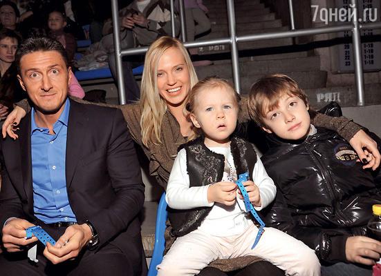 Глюк'оZа: «Папа у нас строгий, может ивугол поставить, а я для Саши скореедруг, чем мама»