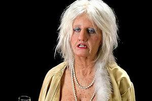 Кэти Перри сыграла в новом клипе 70-летнюю танцовщицу