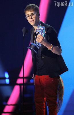 В «мужской» номинации награды удостоился юный Джастин Бибер с видео «U Smile»