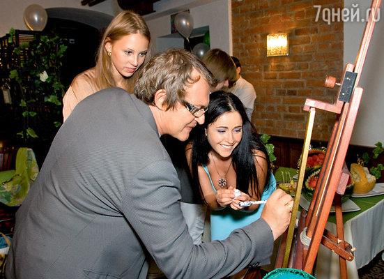 Полина и Дмитрий Дибровы оставляют свои автографы на «дереве пожеланий»