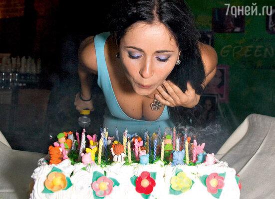 Торт украшали сорок фигурок из сахарной мастики (ровно по количеству гостей)