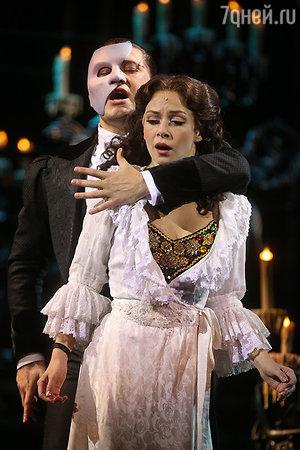 Дмитрий Ермак (Призрак) и Елена Бахтиярова (Кристин Даэ) в сцене из мюзикла «Призрак оперы»