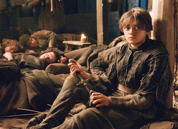 Тяжелее всех приходилось юной актрисе Мейси Уильямс: девочка — правша, а ее героиня  Арья Старк — левша, и малышка долго пыталась приноровиться к деревянном мечу.