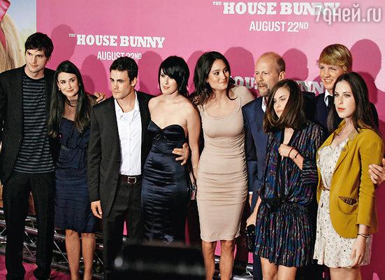 Слева направо: Эштон Катчер с Деми Мур, Мика Альберти с невестой Румер Уиллис, Эмма Хеминг с мужем Брюсом Уиллисом, Таллула и Скаут (дочери Деми и Брюса)