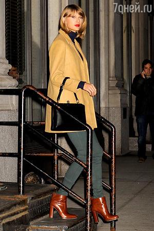 Тейлор Свифт в пальто песочного цвета от Topshop