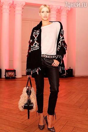 Елена Перминова в вязаном свитере и туфлях Isabel Marant for H&M
