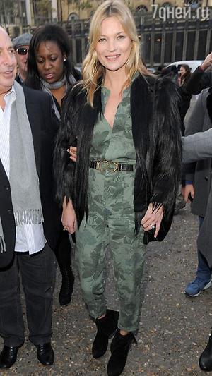 Кейт Мосс в зеленом комбинезоне с цветочным принтом Topshop на показе бренда на Неделе моды в Лондоне