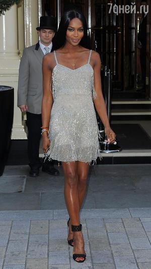 Наоми Кэмпбелл в серебристом коктейльном платье с бахромой от Kate Moss for Topshop
