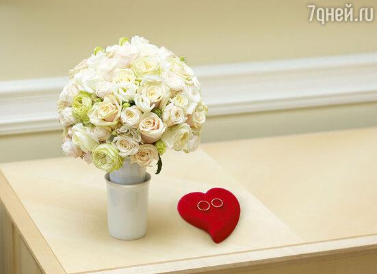 Обручальные кольца и букет невесты