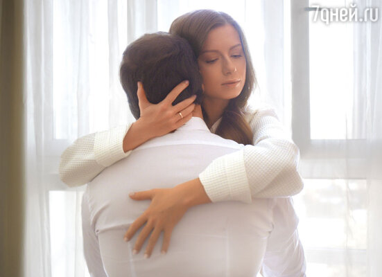 «При первой встрече Саша показался мне очень взрослым. Тогда я не думала, что все закончится свадьбой. Это сейчас уменя есть внутреннее ощущение, чтотак должно было случиться, чтовсеэто былопредрешено там, наверху»