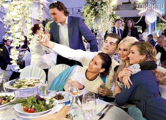 Ирина Слуцкая, Дмитрий Борисов, Лера Кудрявцева иАнфиса Чехова делают фото со свадьбы для соцсетей