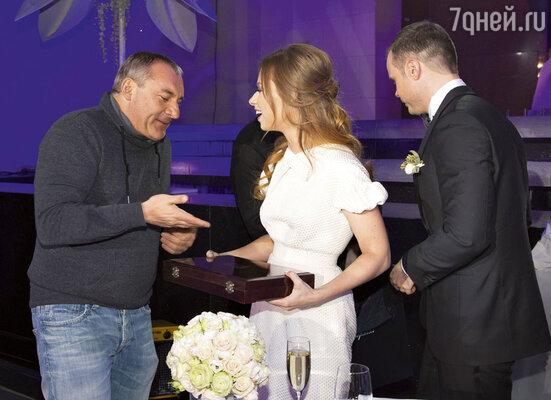 Чтобы жизнь Юли иСаши была сладкой, Николай Фоменко подарил им целый ящик конфет ручной работы