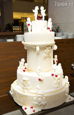 Свадебный торт выглядел какпроизведение искусства...