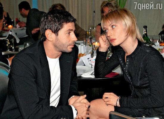 «После меня Николаев ушел кодной известной певице. Я ее встретила, когда их отношения уже подходили кконцу. Она спросила меня: «Даш, что делать?» Я ответила: «Беги! Беги куда подальше!»