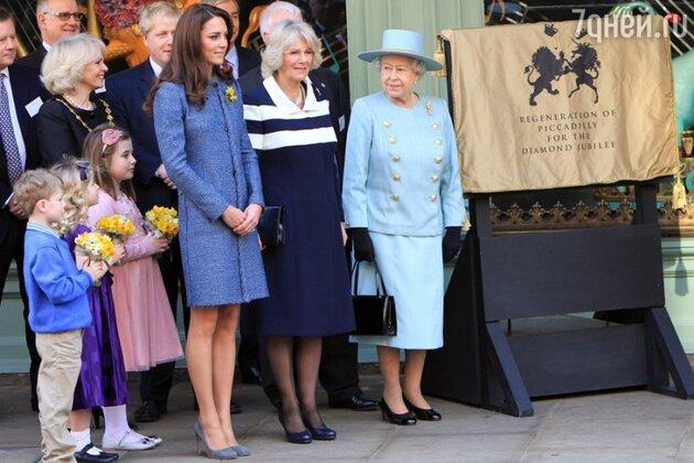 Кейт Миддлтон в обществе королевы и Камиллы Паркер-Боулз