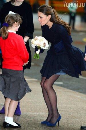 Кейт Миддлтон в юбке от Orla Kiely во время встречи с учениками школы Святого Эдмунда