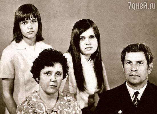 Мама очень хотела, чтобы я стала актрисой. С родителями и младшей сестрой Галей