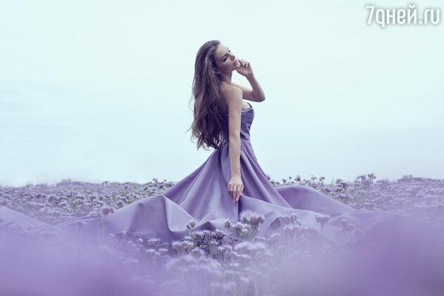 :Женщина в фиолетовом