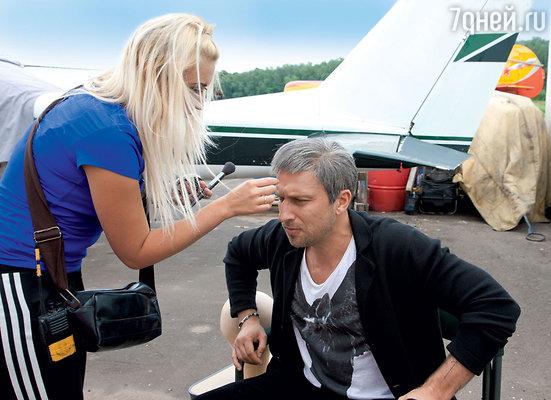 К седому парику Дмитрий никак не привыкнет