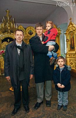 У Дениса вышел скандал с церковным начальством, и сын был вынужден уйти. А у него, между прочим, уже и семья была, дети, их кормить надо...