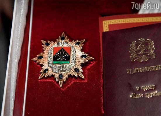 Золотой орден, усыпанный драгоценными камнями, вручили актрисе от губернатора Кемеровской области