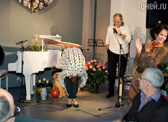Юбилярша демонстрирует Ольге Кабо и Эммануилу Виторгану свой фирменный низкий поклон, когда «лоб касается коленей»