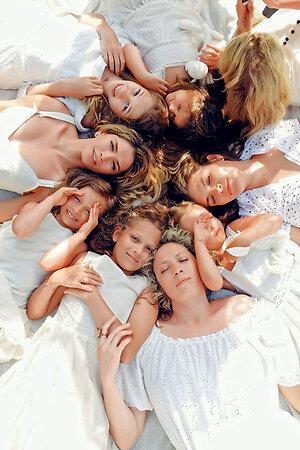 Вера Брежнева с сестрами, дочерьми и племянницами
