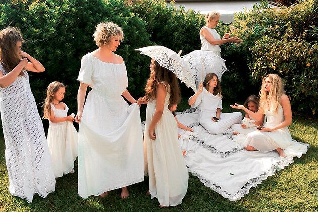Вера Брежнева с мамой, дочерьми, сестрами и племянницами на съемках клипа «Девочка моя»