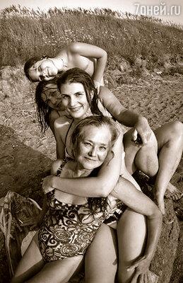 Мама, Марьяна, Ксюша и я. Последнее мамино лето