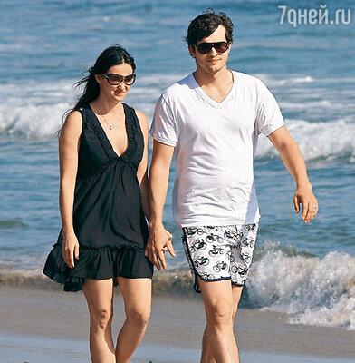 Деми Мур и Эштон Катчер любят гулять в полосе прибоя