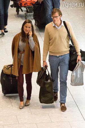 Пиппа Миддлтон и Нико Джексон в аэропорту Хитроу. 2013 год