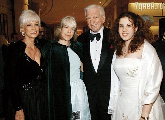 Главным в жизни Шелдона всегда оставалась семья.  С женой Александрой, дочерью Мэри и внучкой Лиззи