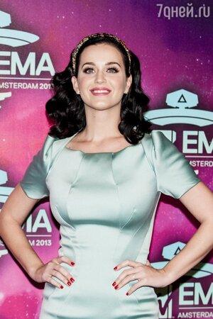 Кэти Перри надела кольцо для выхода на красную ковровую дорожку премии MTV Europe Music Awards 2013