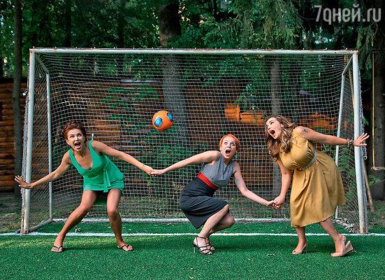 Эвелина Блёданс, Жанна Эппле и Анфиса Чехова переиначили на футбольный лад сценку из «Кавказской пленницы»