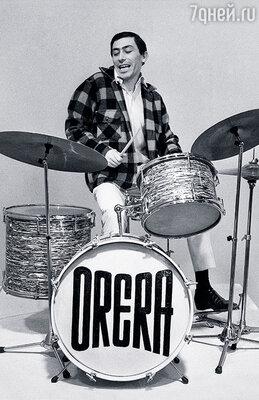 «Что Буба делает?» Мама покраснела: «Он играет на барабане». Стыдно ей за меня было. А я, сидя за ударными, уже по всему миру гастролировал