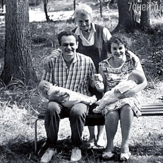 Юрий и Владимир Торсуевы с родителями