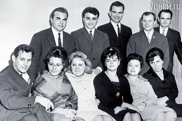 Юрий Торсуев-старший справа от Юрия Алексеевича Гагрина. В первом ряду вторая слева  —  жена Гагарина Валентина Ивановна