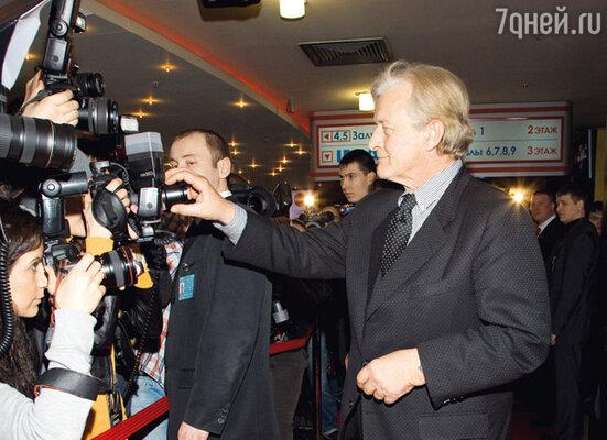 Хауэр помог отрегулировать резкость одному из фотографов...