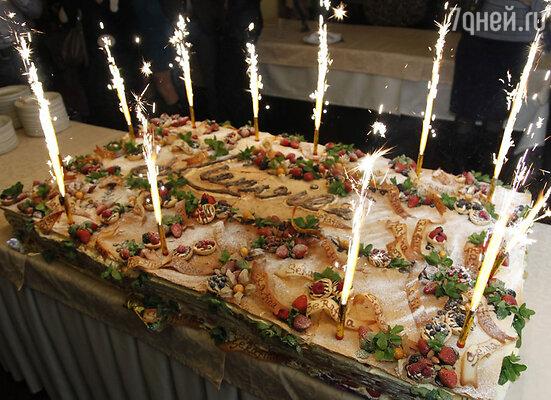 На десерт был предложен торт со свежими фруктами, общий вес которого составил 143 килограмма